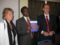 Vice-presidenten i Kenya med Rino Solbergs bok Put integrity first