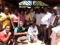 Den obligatoriska gruppbilden med Better Globes träd-expert Jan Vandenabeele i mitten med Better Globes tidning om afrikanskt skogbruk - Miti.