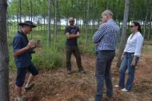 Den belgiska ambassadören Roxanne de Bilderling besöker Better Globes plantage i Kiambere och får en guidad tur av Jan Vandenabeele (vänster)