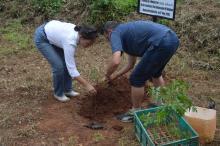 Precis som jag själv fick ambassadören plantera ett eget Mukau-träd. Dock fick hon en skylt, något jag inte har fått så det får jag ta upp nästa gång. :-)