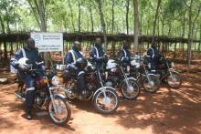 Det i princip bästa (och i vissa fall enda) sättet att ta sig runt på den kenyanska landsbygden är med motorcykel. Här står Better Globes senast anställda agro-forestry-experter redo att hjälpa bönderna att plantera träd på sin mark.