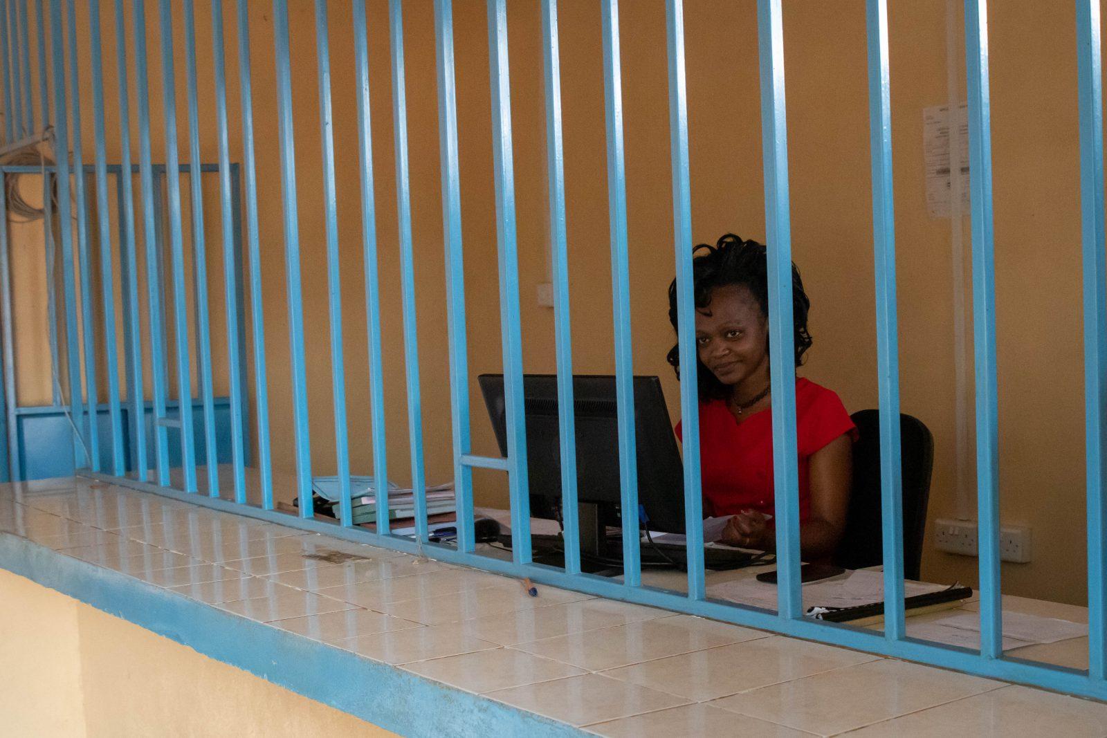 Damen bakom disken i mikrolånbanken i Kamuwongo.