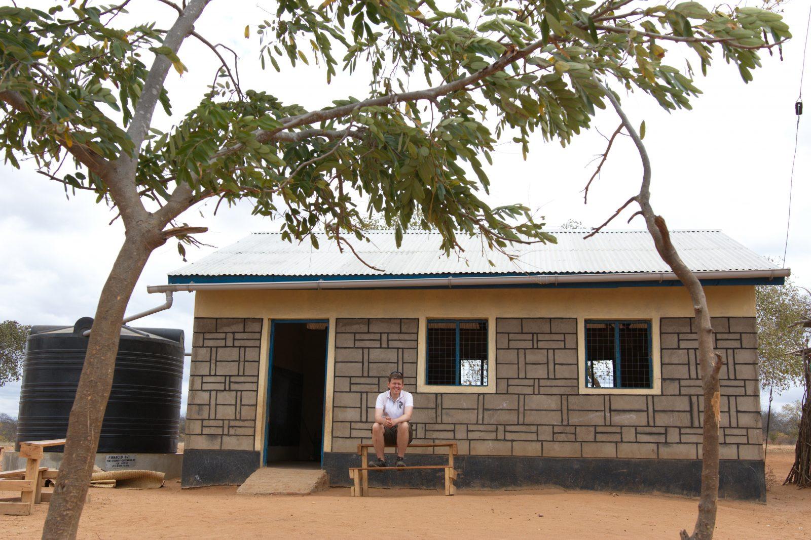 Jag utanför en ny skolbyggnad som byggdes för pengar från Better Globes donationspaket i Mboti, Kenya.
