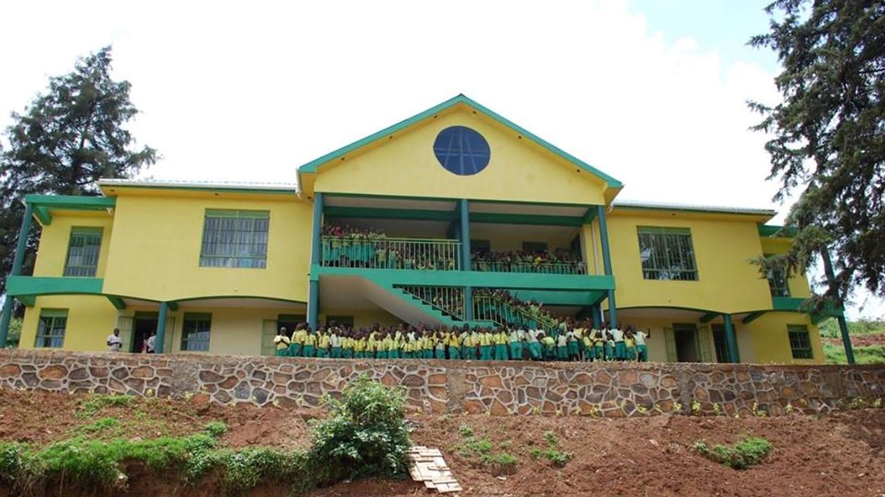 Skolbyggnad i Kabale, Uganda som Child Africa byggt för de Better Globe-pengar som kommit från donationspaketen.