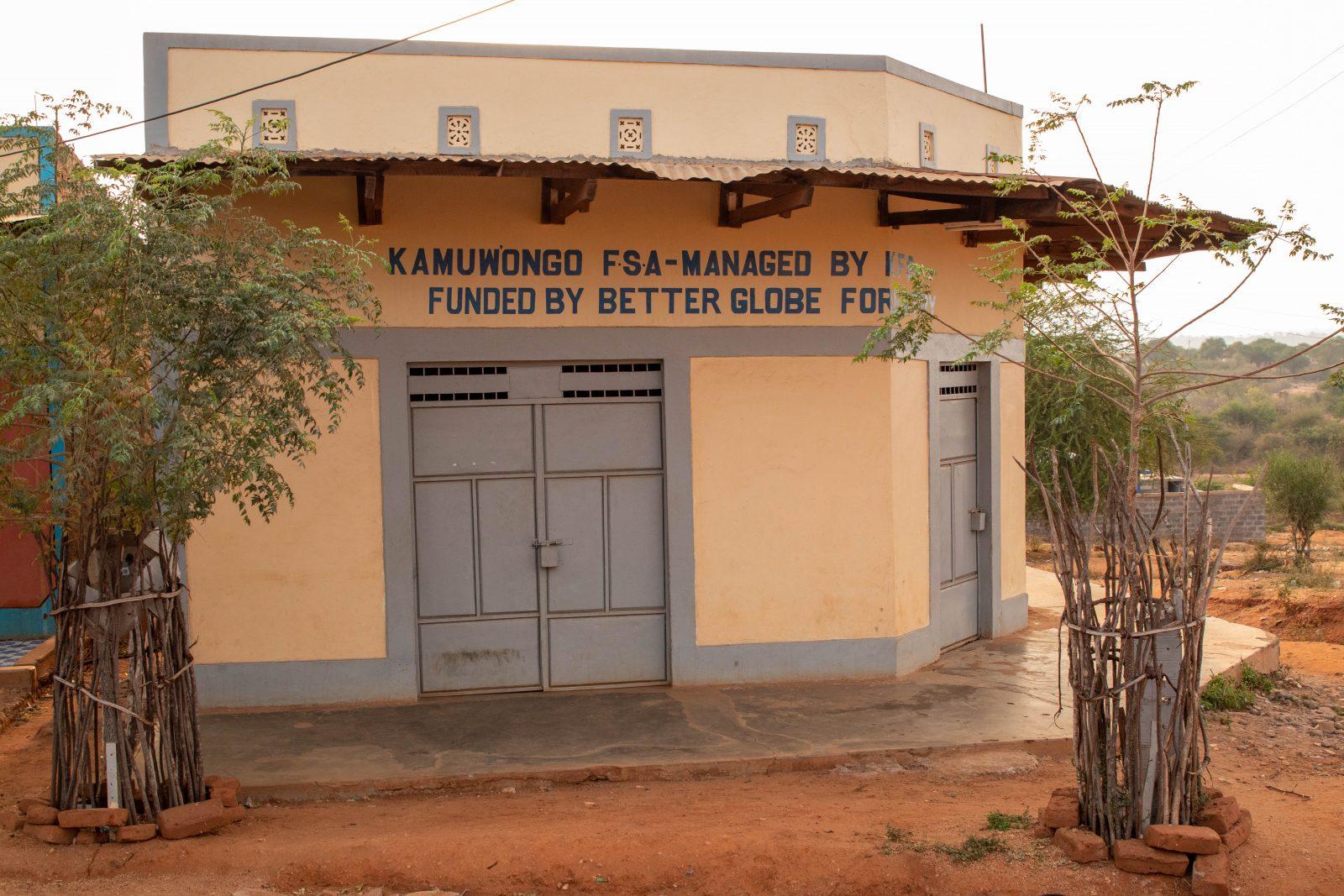 Den nyöppnade mikrolånbanken i staden Kamuwongo i närheten av Kiambere-plantagen.