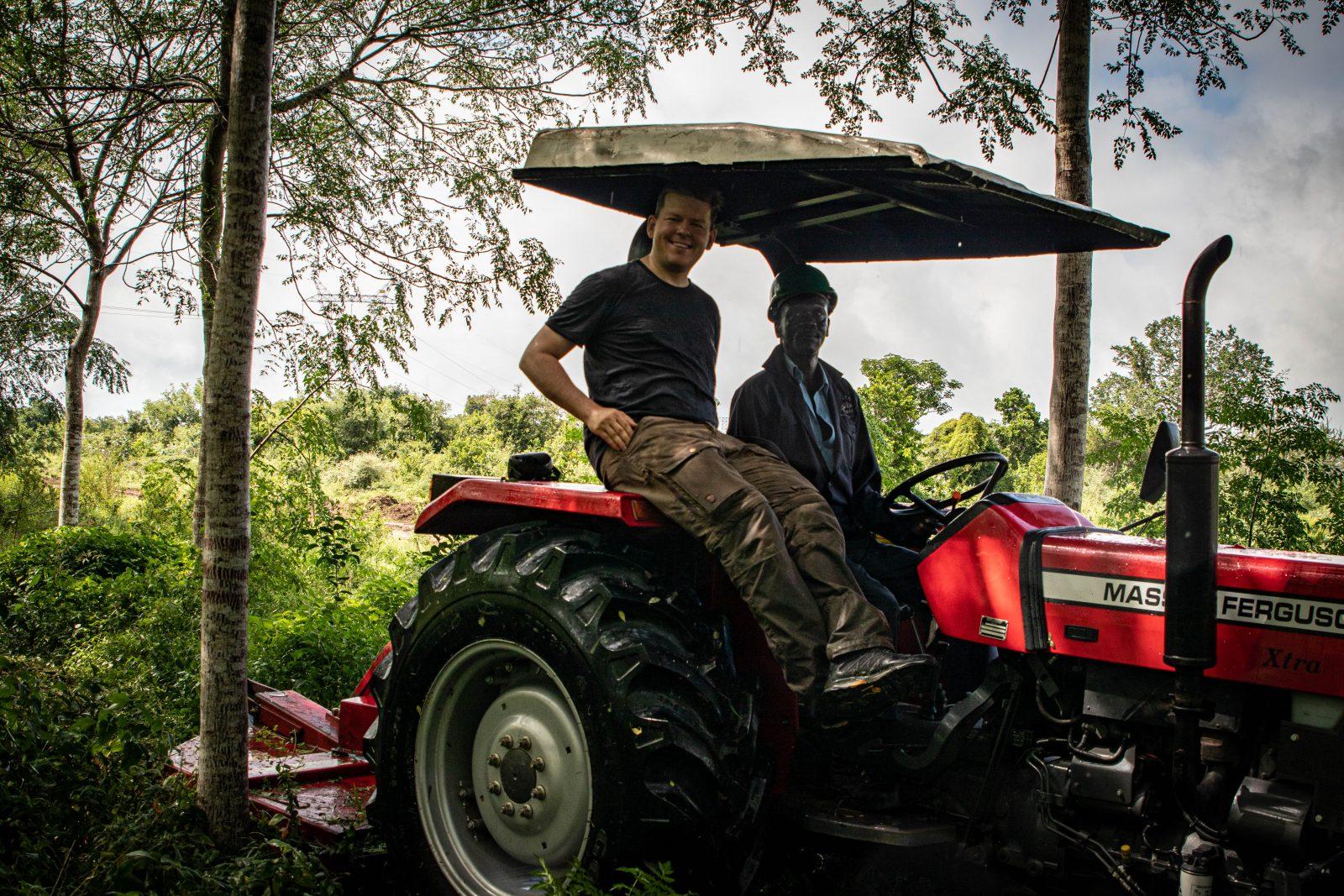 Jag tillsammans med en av Better Globes traktorförare på Nyongoro-plantagen.