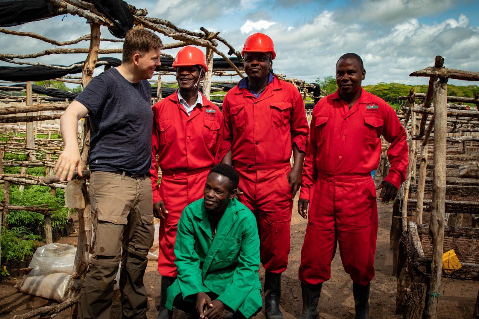 Jag tillsammans med några arbetare på Nyongoro-plantagen.