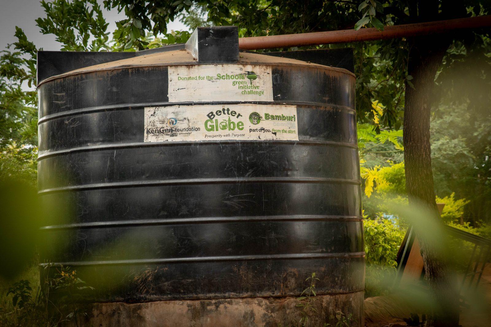 När vi kunder köper donationspaket ingår det pengar till vattenprojekt. Ett vanligt sätt förutom utbildning i vattenkonservering är att finansiera stora 5 000 eller 10 000 liters vattentankar.