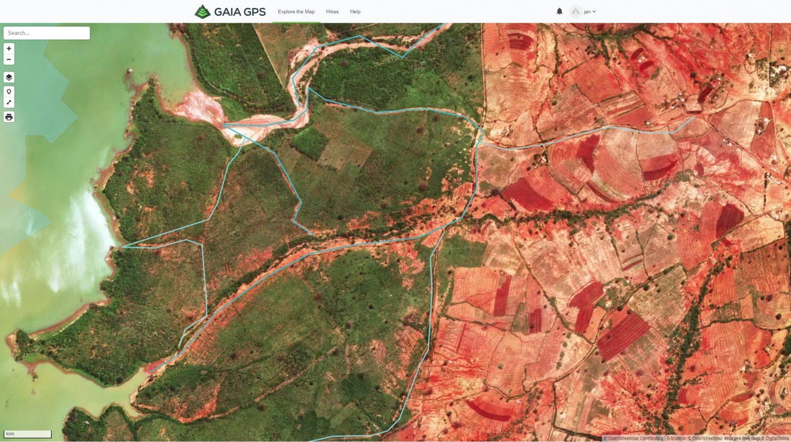 Satellitbild från Open Maps som tydligt visar skillnaden mellan de planterade gröna träden och den torra röda semiöknen till höger.